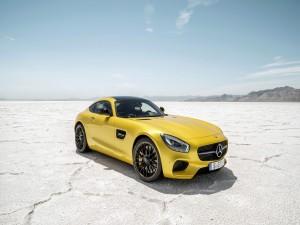 Mercedes AMG GT de color amarillo en un lago seco