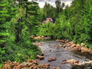 Pequeña casa al lado del río