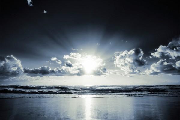 El sol brilla en una playa