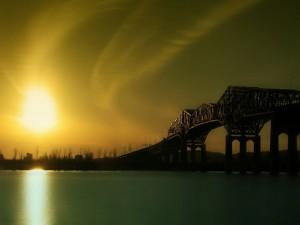 Gran puente sobre el agua visto al atardecer