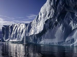 Iceberg brillando al sol