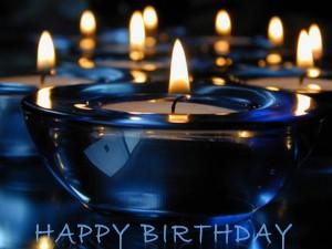 """Postal: """"Feliz Cumpleaños"""" y velas azules encendidas"""