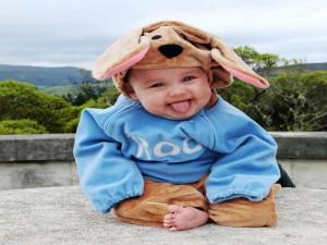 Postal: Un gracioso bebé con un gorro de perro