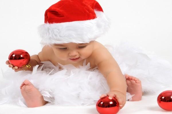 Bebé jugando con los adornos navideños