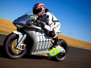 Postal: Moto Czysz en un circuito