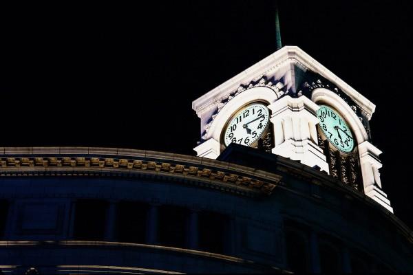 Dos relojes marcando las cinco y cuarto