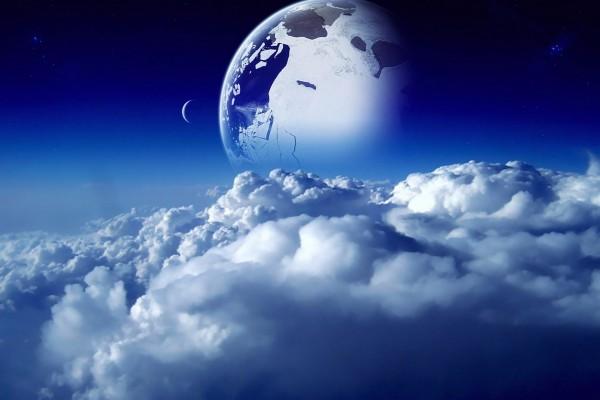 Planeta y luna sobre las nubes