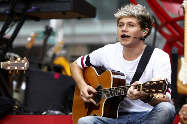 Niall Horan tocando la guitarra (One Direction)