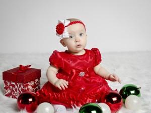 Bebé con un vestido rojo en Navidad
