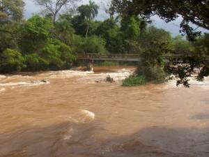Puente sobre la aguas del río Iguazú
