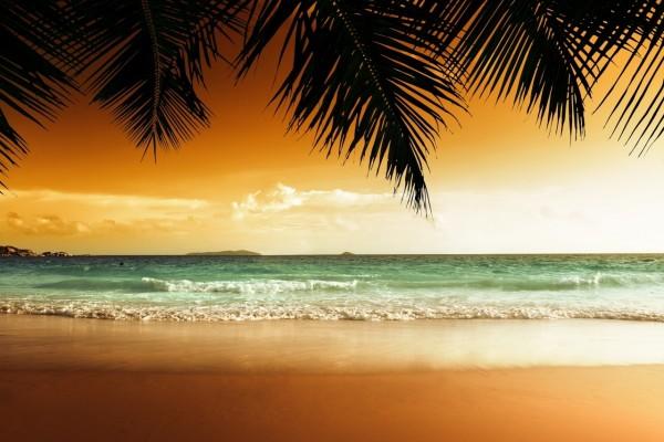 Puesta de sol en una playa tropical