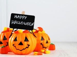 Calabazas con caramelos y ¡Feliz Halloween!