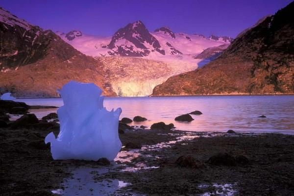 Gran bloque de hielo junto al lago