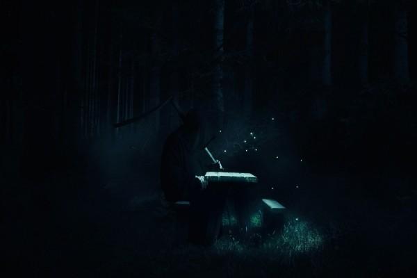 La muerte sentada en una mesa de campo