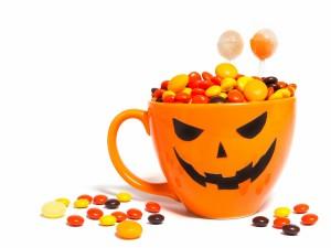 Taza con caramelos para Halloween