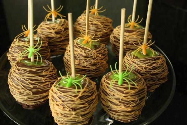 Manzanas cubiertas de chocolate para Halloween