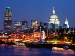 Edificios en la noche de Londres