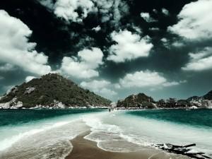 Postal: Personas caminando por el mar
