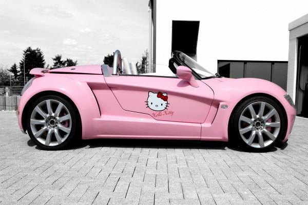 Un bonito coche rosa con la cara de Hello Kitty