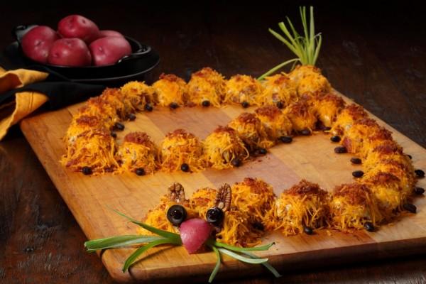 Bolitas de carne con queso formando un divertido gusano
