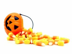 Caramelos de maíz y una calabaza para Halloween