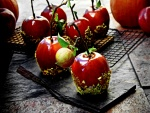 Unas bonitas manzanas de caramelo con pistachos