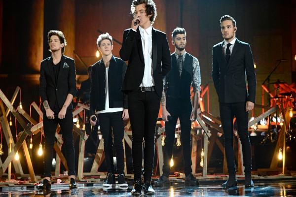 """El grupo """"One Direction"""" cantando sobre el escenario"""