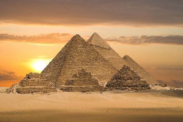 El sol tras las pirámides de Egipto