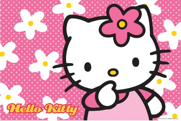 Hello Kitty entre flores blancas