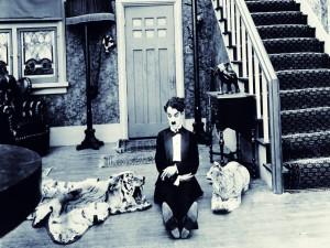 Fotograma de la película: Charlot a la una de la madrugada (One A. M.)