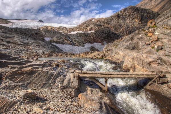 Puente de madera sobre el arroyo de la montaña