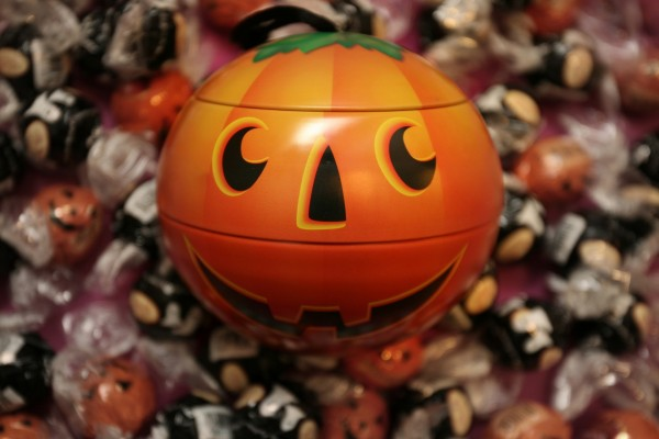 Calabaza de Halloween y un montón de caramelos