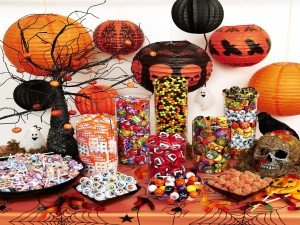 Postal: Mesa con caramelos y adornos para Halloween