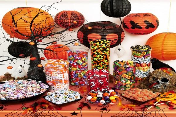 Mesa con caramelos y adornos para Halloween