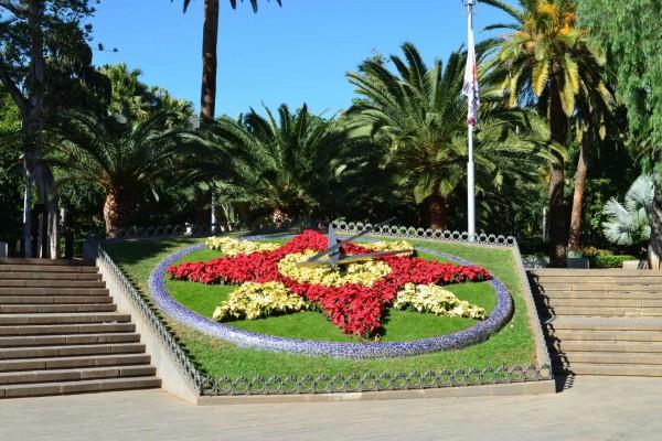Reloj con flores en un jardín de Santa Cruz de Tenerife (Canarias)