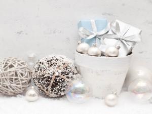 Postal: Bolas y regalos de colores claros para la decoración navideña