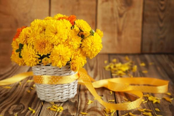 Una cesta con bellas flores amarillas