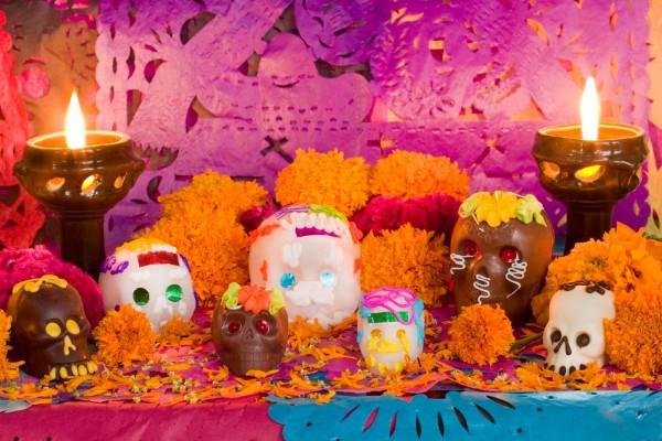 """Calaveras dulces y chocolate en un altar para el """"Día de los Muertos"""""""
