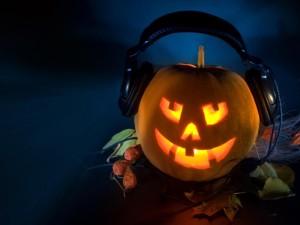 Postal: Calabaza de Halloween iluminada y con auriculares