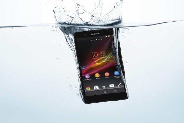 Un móvil Sony Xperia Z en el agua
