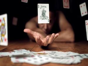 Maga elevando las cartas