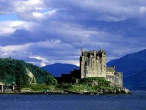 Postal: Vista del castillo Eilean Donan (Escocia)