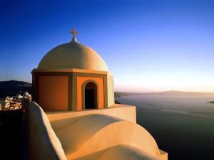 Postal: Iglesia junto al mar en Fira (isla Santorini, Grecia)