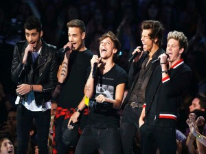 Los cinco chicos de One Direction cantando
