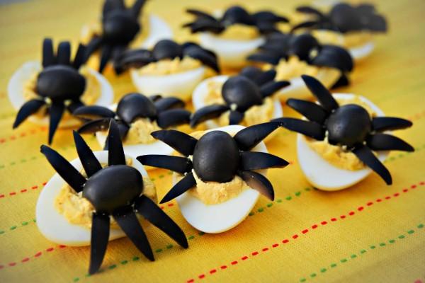Arañas sobre huevos cocidos para una cena de Halloween