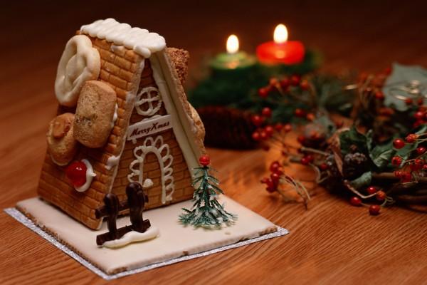 Pequeña casa de galleta para decorar en Navidad