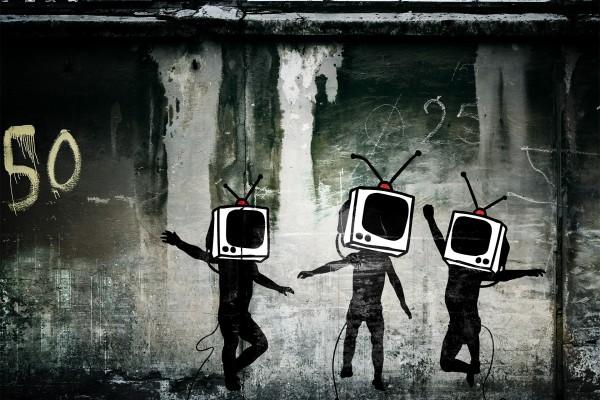 Niños conectados al televisor