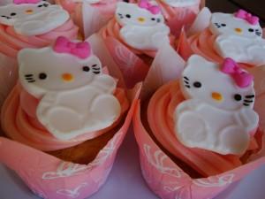 Postal: Chocolatinas de Hello Kitty sobre unos cupcakes