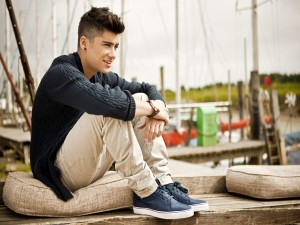 Zayn Malik sentado en el muelle (One Direction)