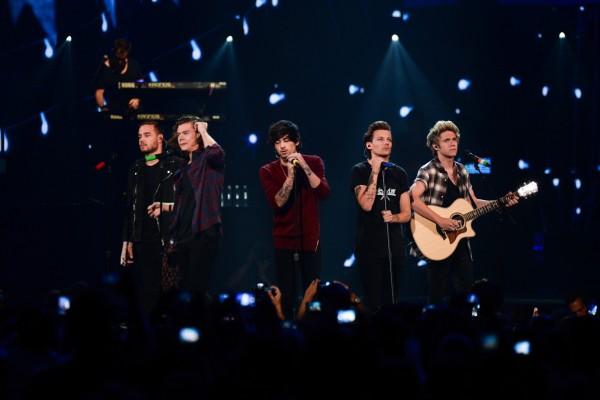 One Direction dando un concierto
